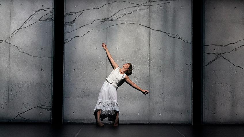 Burrbgaja Yalirra, Contemporary Dance, Female Dancer